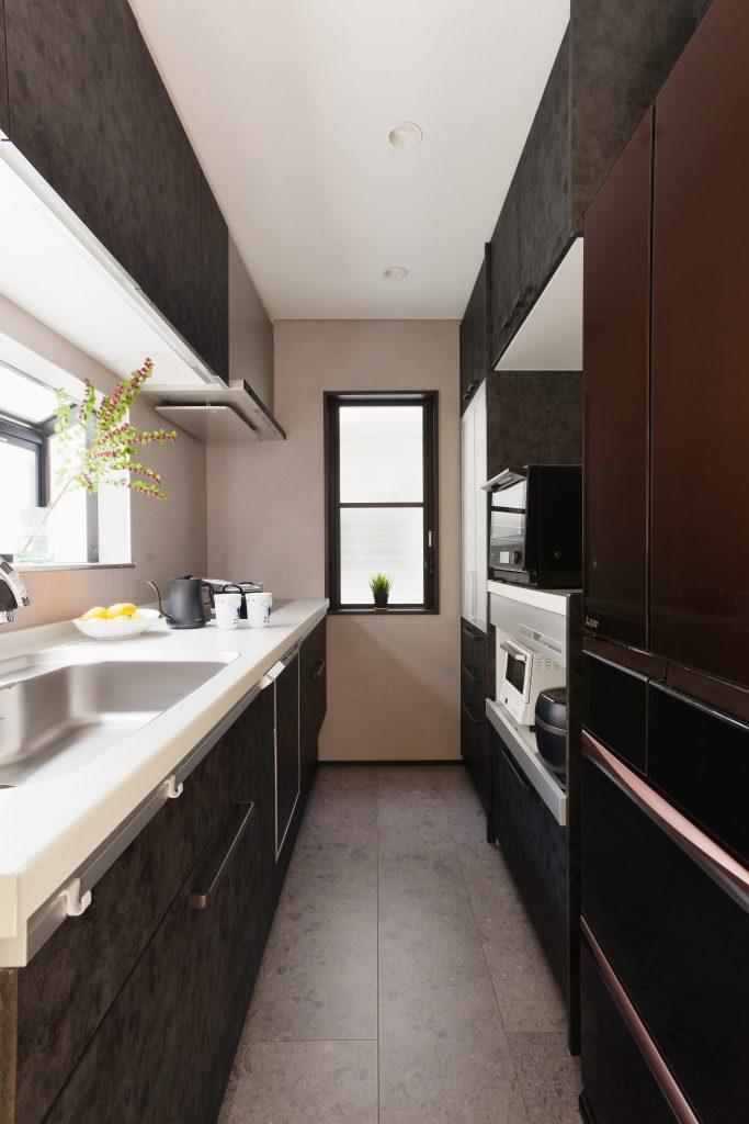 キッチン:黒とグレーで統一したスタイリッシュなキッチン