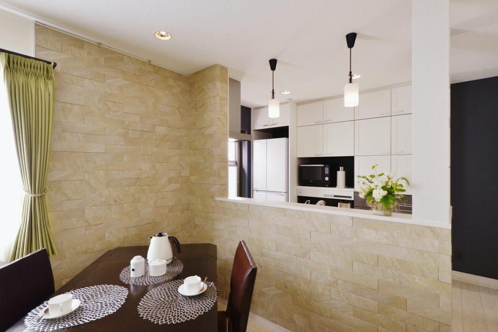 リビングダイニングキッチン:カーテンもリフォームを機に新調しました。冷蔵庫の上まで吊戸棚をつけて収納たくさん