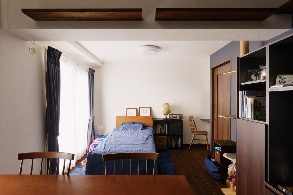 リビング:もともと和室だった場所は奥様の空間へ生まれ変わりました。天井も高くなるようにしました。