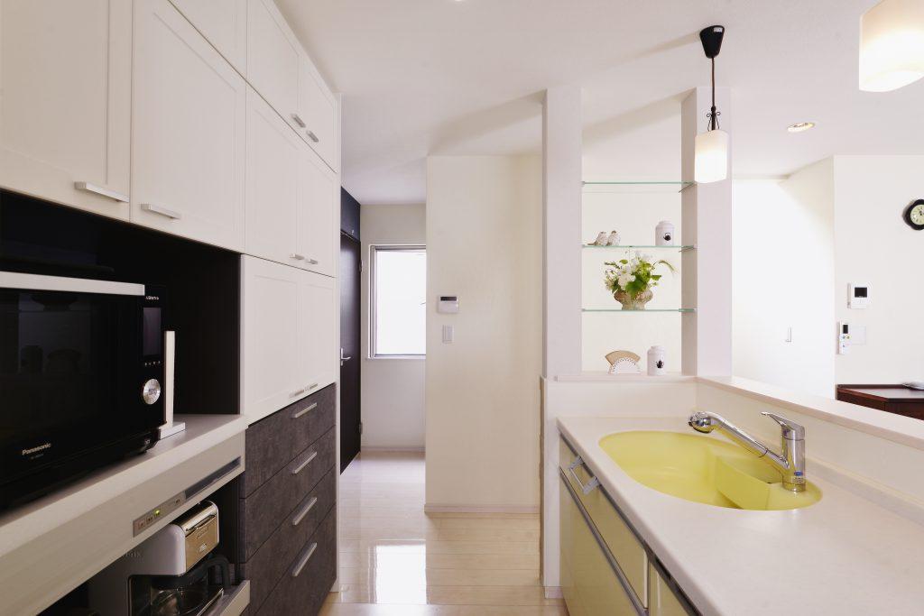 キッチン:キッチンとガラス棚は既存のものを残しました。