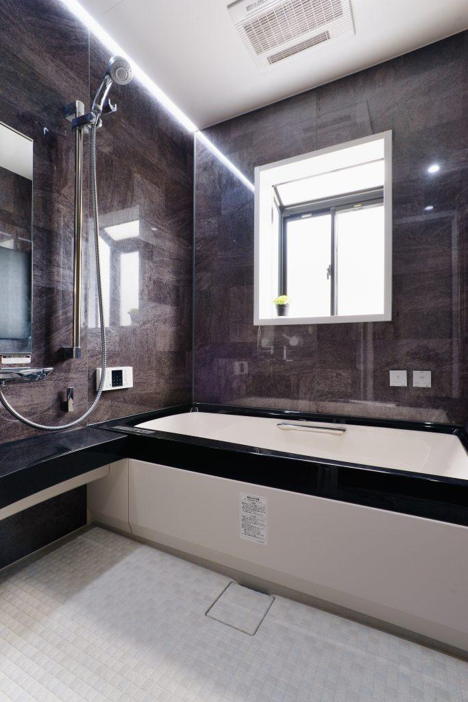 ユニットバス:窓も大きく明るい浴室