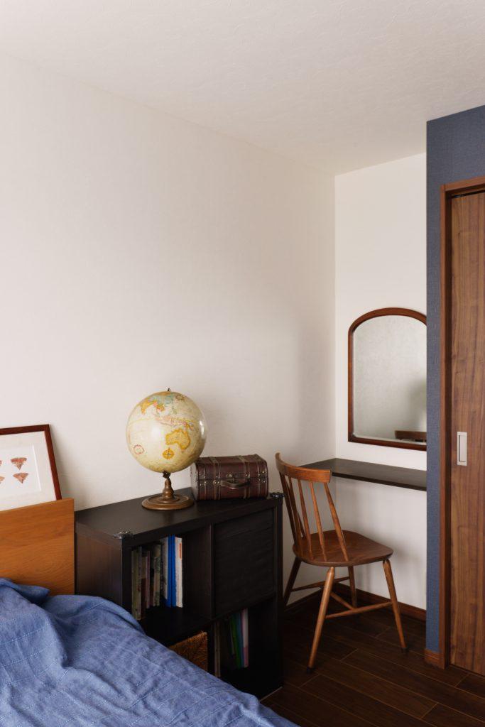 ワークスペース:奥様のワークスペース。お気に入りの家具が置いてあります。
