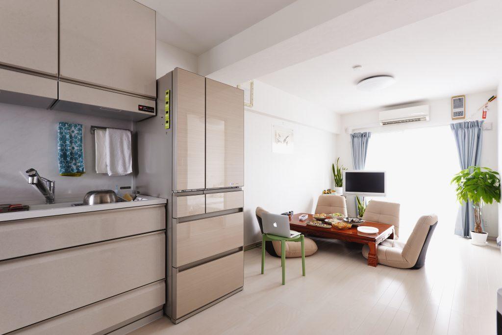 リビングダイニングキッチン:キッチンとリビングを一体にして料理をしながらも談笑できるように。冷蔵庫は真ん中に配置して料理をしてても食事をしてても使いやすいようにしました。