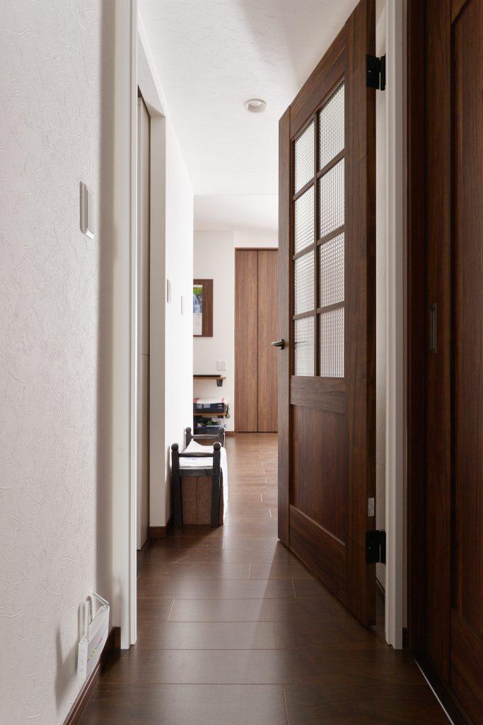 廊下:リビングへ続く廊下。統一感のある素材選びが高級感を演出