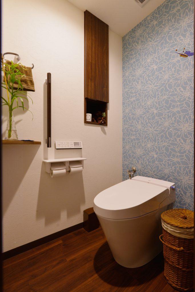 トイレ:アクセントクロスが可愛いトイレ空間。ニッチの収納がスタイリッシュです。