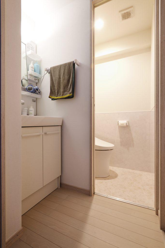 トイレ洗面:トイレは腰の高さまでキッチンパネルを貼り清掃性アップ