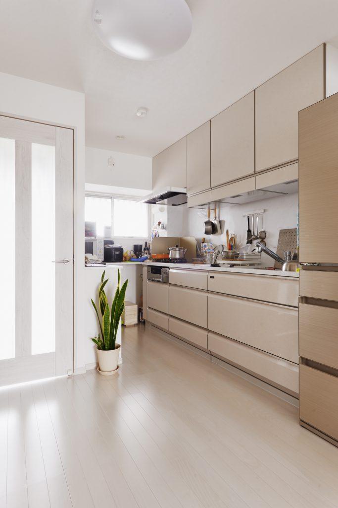 キッチン:キッチンは収納、清掃性を重視してタカラスタンダードのレミューを採用。キッチンの高さに合わせて家電収納を造作し作業カウンター、ゴミ箱スペースも最大限つくりました。