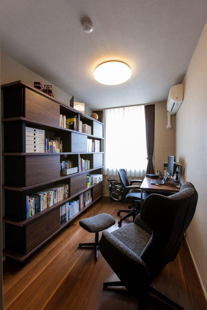 書斎:ご主人様の書斎は広い部屋ではなかったのでDAIKENのフィットシェルフという壁面収納を採用。引違いタイプの扉で開いても出っ張らず、邪魔になりません。背板が無く抜けているので圧迫感も軽減できます。