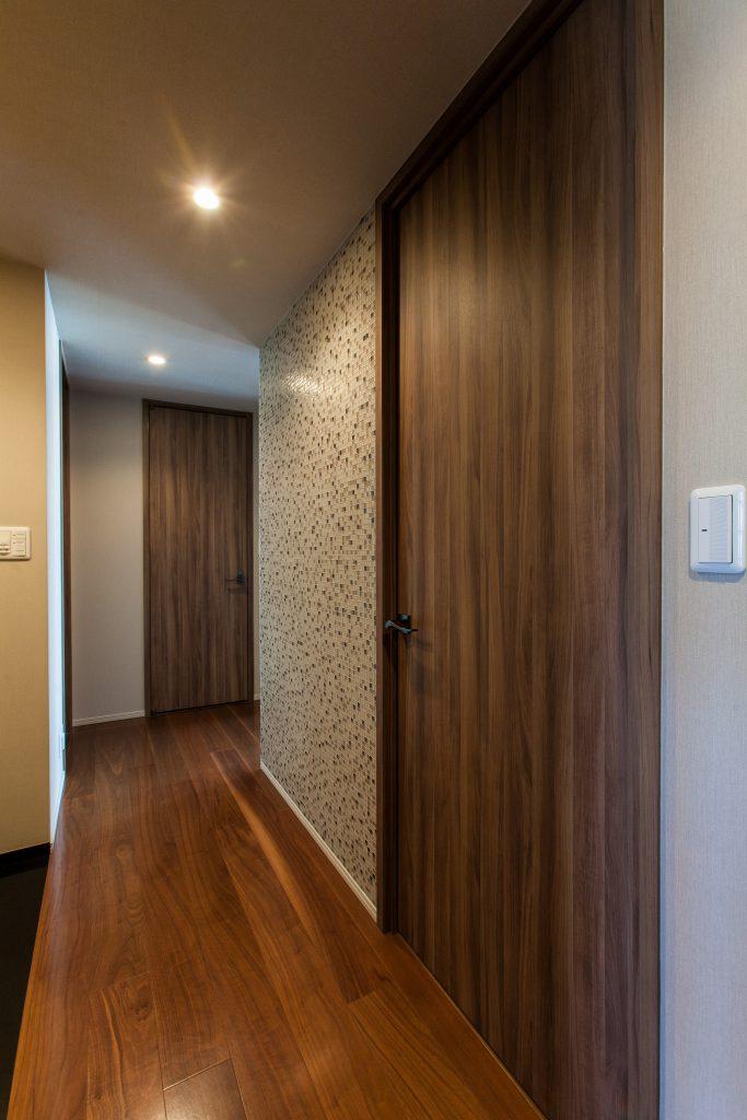 玄関:玄関を開けるとモザイクタイルがお出迎え。平田タイルでガラスモザイクを選びました。