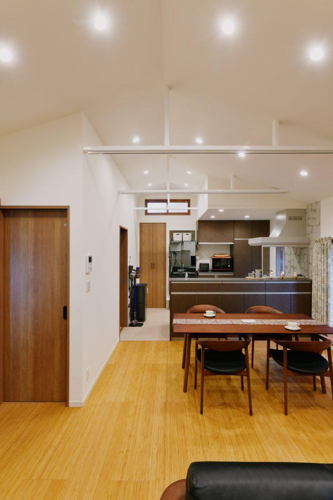 2Fリビングダイニングキッチン:勾配天井にして空間を広く見せ、天井裏にあった鉄骨を出してそこに照明を設置できるようにしました。断熱材で天井・壁・床をくるみ、窓も2重窓に変更して夏の暑さ・冬の寒さに対して考慮致しました。