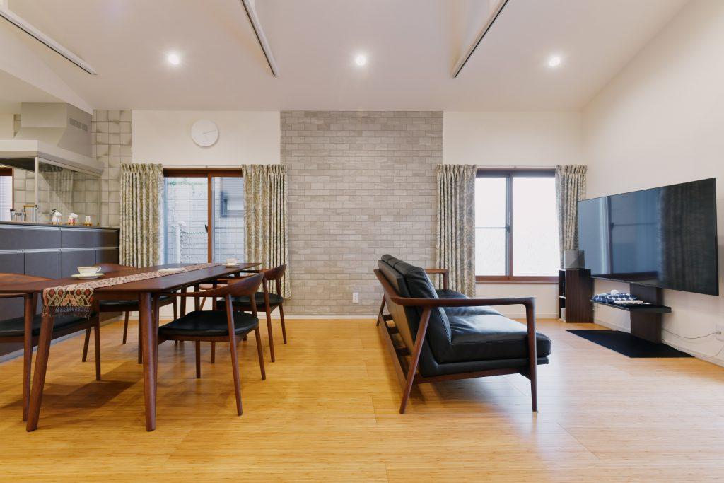 2Fリビング:階段を上がって正面に見える壁にタイルを貼って意匠性を高めました。インナーサッシを使うことにより、既存のサッシを利用しながらも断熱・気密性を高めて室内側の意匠性も上げております。