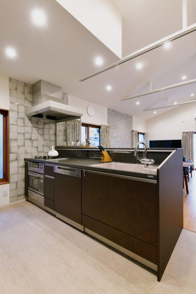 キッチン:対面キッチンはトクラスのベリーにミーレの食洗機を採用しました。収納量、使い勝手全体が向上し、家族を見ながら料理ができるようになりました。
