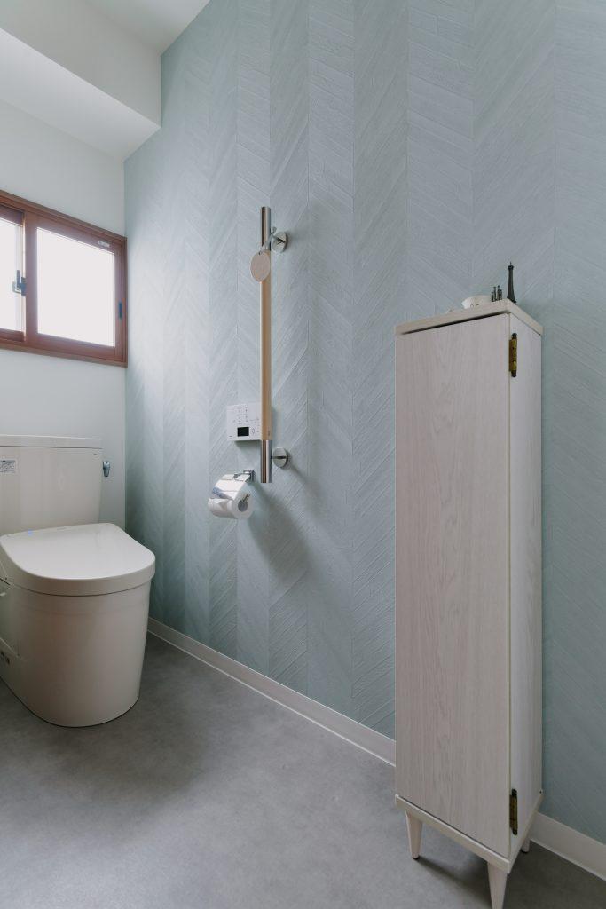 トイレ:淡いブルーの壁紙にインナーサッシの付けた心地よいトイレ