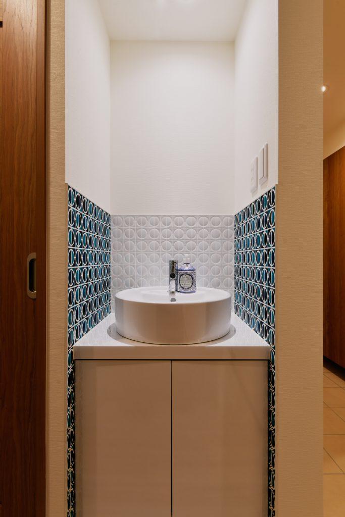 1F洗面:印象的なタイルがきれいです