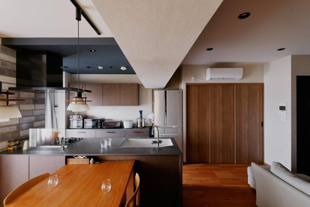 キッチン:こだわった天板と袖のタイル。イメージ通りかっこよく仕上がりました。床のフロアタイルにも目地を入れるなど、細かいところも妥協しません