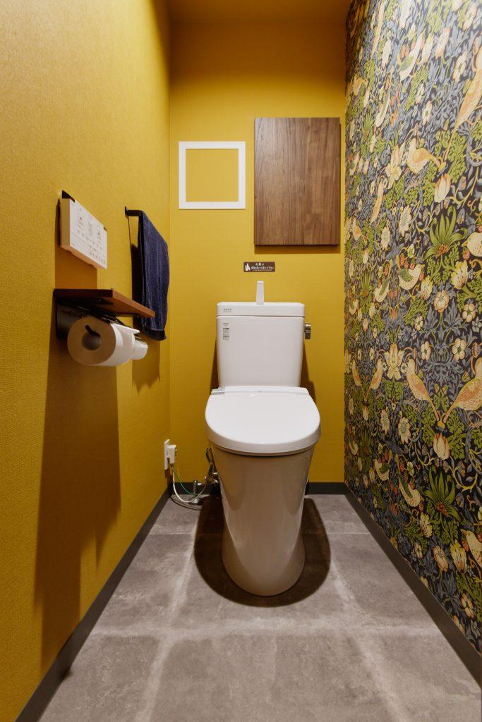 トイレ:ウィリアムモリスの「いちご泥棒」の輸入クロスが映えます