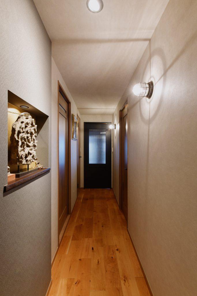 玄関~廊下:ブラケット照明の陰影がキレイな廊下。壁紙もグレートーンにし、高級感を演出しています