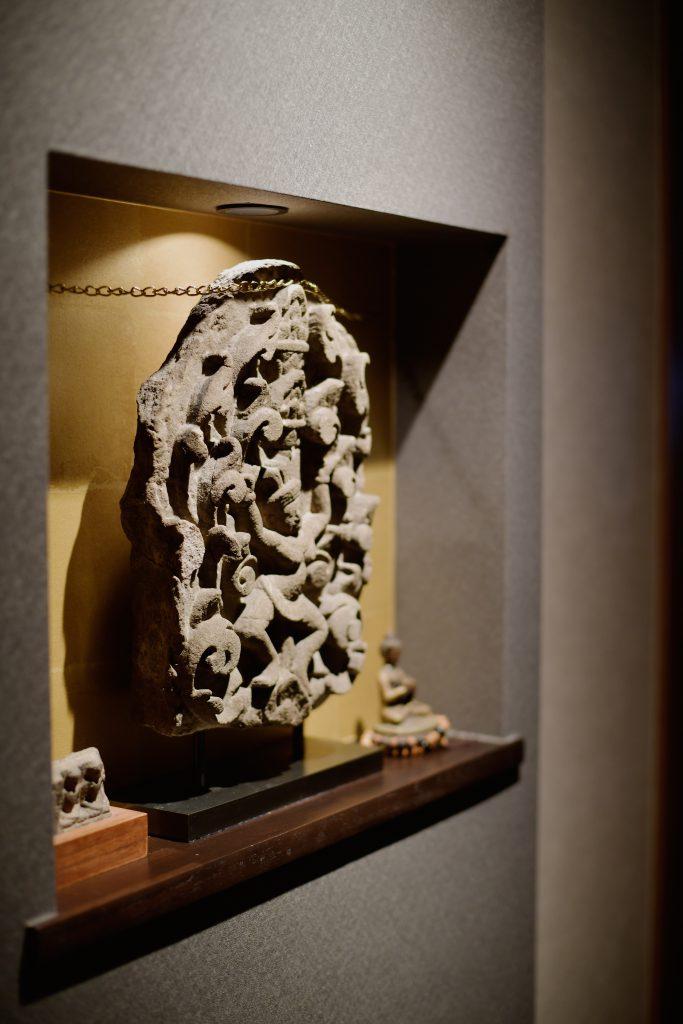 ニッチ:思い出を飾るニッチは一番目立つ玄関へ。集光ライトで存在感大です