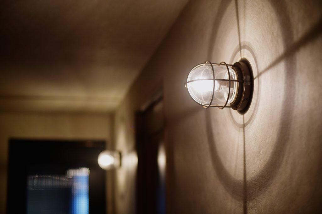 ライト:天井に照明をつけず、あえてのエクステリア用の船舶ライトを壁付けすることにより、陰影が楽しめて雰囲気が出ています。